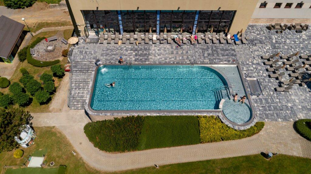 Nerezový bazén s atrakciami pre Hotel Sitno - letecký záber