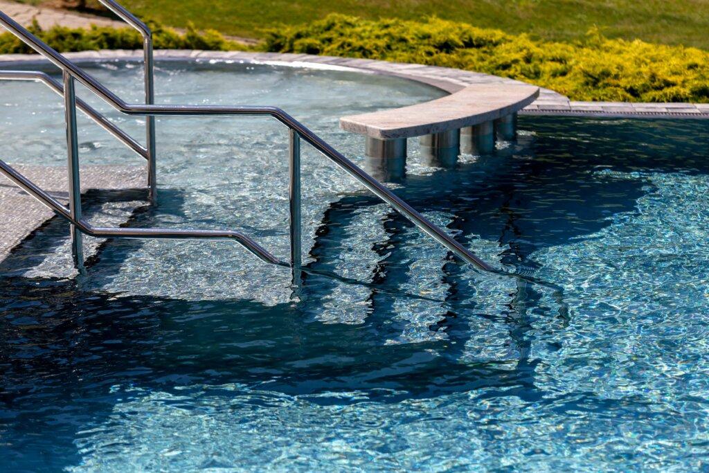 Priame schody do nerezového bazéna so zábradlím