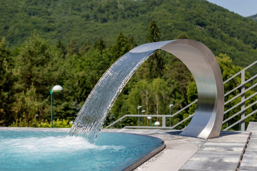Oblúkový chrlič vody