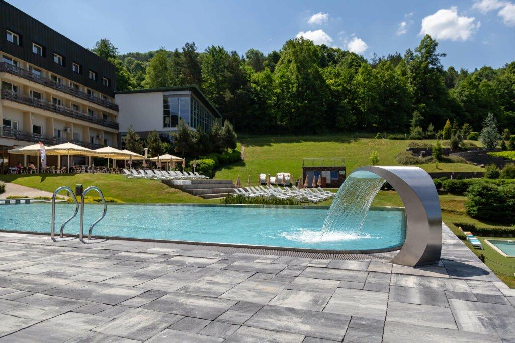 Nerezový bazén s chrličom a madlami